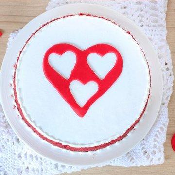https://media.bakingo.com/sites/default/files/styles/product_image/public/red-velvet-with-3-fondant-heart-cake-in-delhi-cake0909flav-b.jpg?tr=h-360,w-360