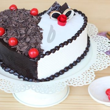 https://media.bakingo.com/sites/default/files/styles/product_image/public/right-side-view-of-heart-shaped-blackest-vanilla-cake-in-delhi-cake0781flav-b.jpg?tr=h-360,w-360