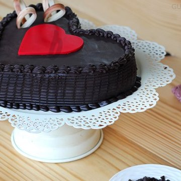 https://media.bakingo.com/sites/default/files/styles/product_image/public/side-view-of-double-heart-choco-truffle-cake-in-gurgaon-cake0817flav-b.jpg?tr=h-360,w-360