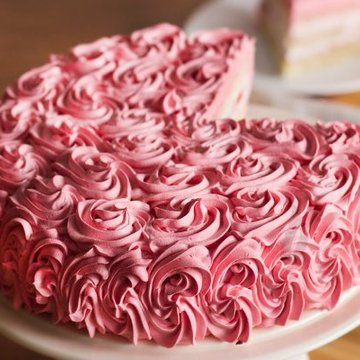 https://media.bakingo.com/sites/default/files/styles/product_image/public/sliced-and-zoom-view-of-strawberry-rose-cake-in-delhi-cake0767flav-c.jpg?tr=h-360,w-360