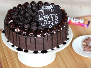 Round Shaped Snickers Chocolate Cake