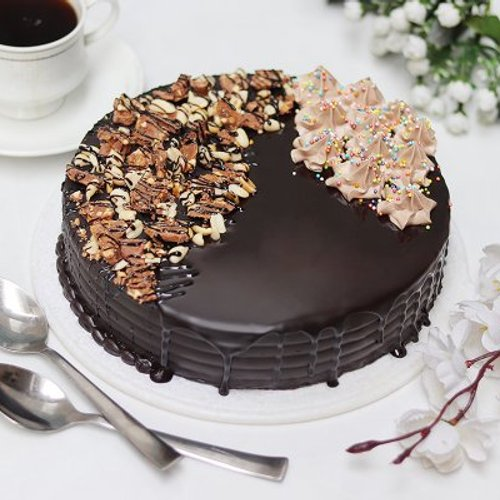 https://media.bakingo.com/sites/default/files/styles/product_image/public/snickers-cake-with-nuts-cake1633choc-A.jpg?tr=h-500,w-500