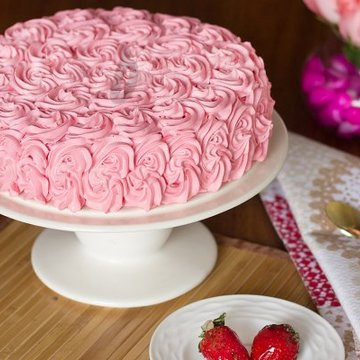 https://media.bakingo.com/sites/default/files/styles/product_image/public/strawberry-rose-cake-A.jpg?tr=h-360,w-360