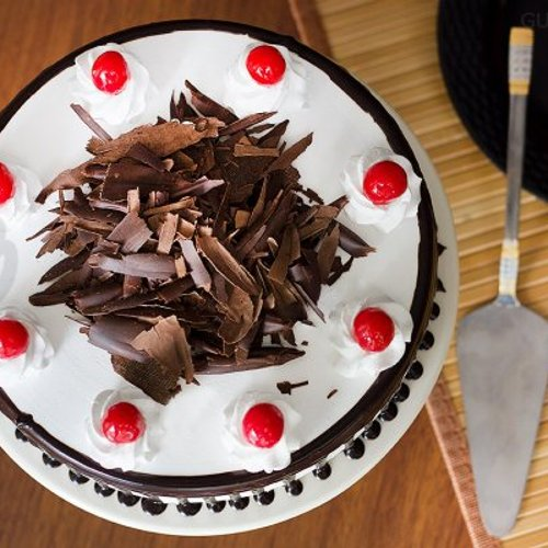 https://media.bakingo.com/sites/default/files/styles/product_image/public/top-view-of-black-forest-cake-in-gurgaon-cake0786flav-c.jpg?tr=h-500,w-500