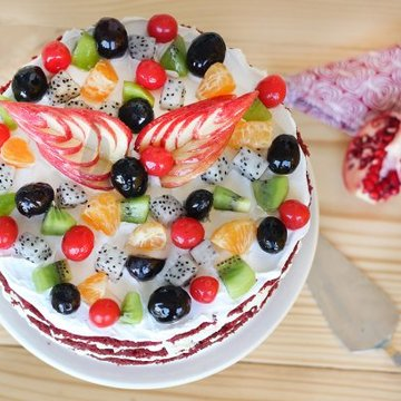 https://media.bakingo.com/sites/default/files/styles/product_image/public/top-view-of-red-velvet-fruit-cake-in-delhi-cake0779flav-b.jpg?tr=h-360,w-360