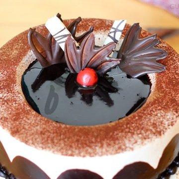https://media.bakingo.com/sites/default/files/styles/product_image/public/zoom-view-of-chocolate-light-cake-in-gurgaon-cake0824flav-c.jpg?tr=h-360,w-360