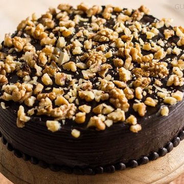 https://media.bakingo.com/sites/default/files/styles/product_image/public/zoom-view-of-chocolate-nut-cake-in-gurgaon-cake0805flav-d.jpg?tr=h-360,w-360