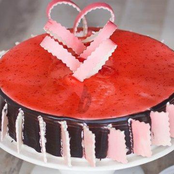 https://media.bakingo.com/sites/default/files/styles/product_image/public/zoom-view-of-chocolate-strawberry-cake-in-delhi-cake0746flav-c.jpg?tr=h-360,w-360