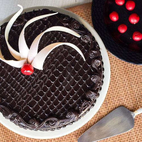 https://media.bakingo.com/sites/default/files/top-view-of-chocolate-truffle-cake-in-delhi-cake0747flav-c.jpg