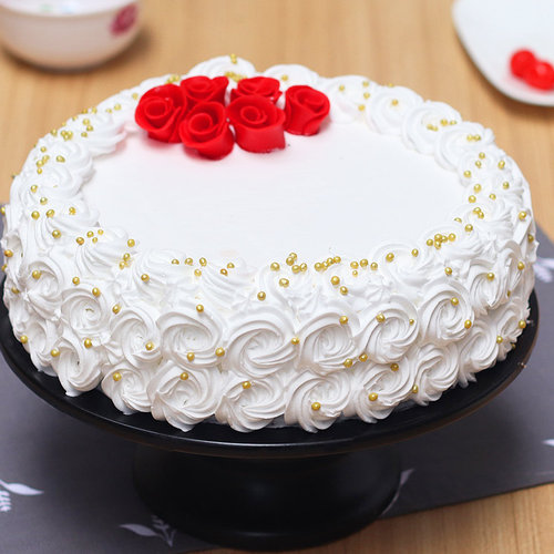 https://media.bakingo.com/sites/default/files/white-forest-cake-with-rose-toppings-cake1906whit-A.jpg
