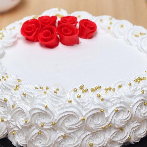 https://media.bakingo.com/sites/default/files/white-forest-cake-with-rose-toppings-cake1906whit-B.jpg