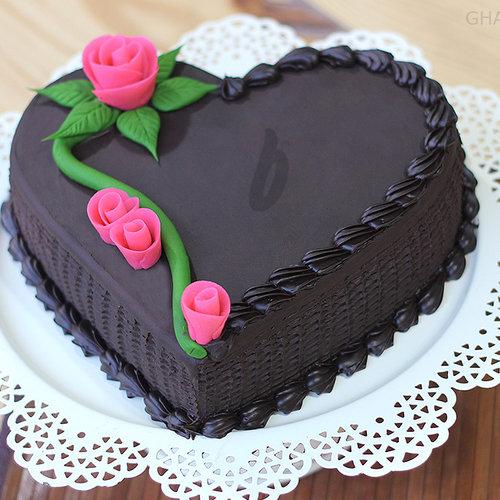 https://media.bakingo.com/sites/default/files/zoom-view-of-heart-shape-chocolate-cake0867flav-c.jpg
